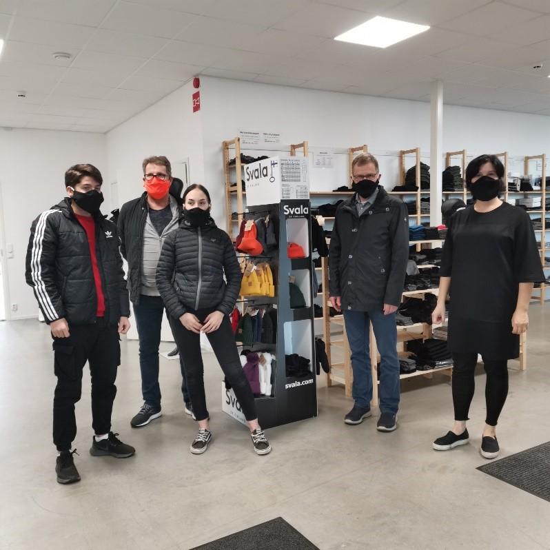 oppilaita, rehtori, kunnanjohtaja sekä Onerva Aakko kasvomaskeissaan.