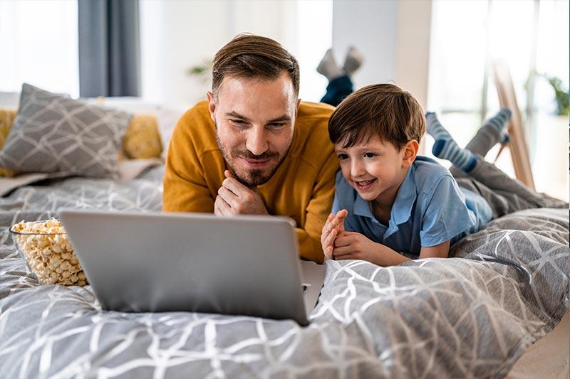 Perhe nettiä käyttämässä